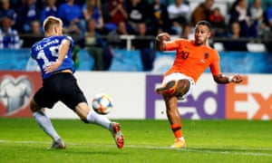 Netherlands' Memphis Depay scores the third in Estonia.