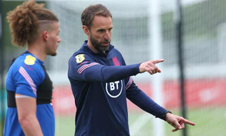 Gareth Southgate gives some advice to Kalvin Phillips during a training session