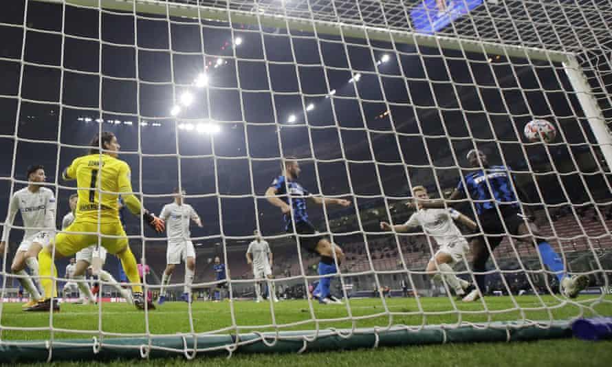 Romelu Lukaku scores a late leveller for Inter.