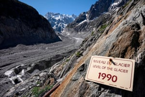 A board indicates the level of the Mer de Glace in 1990