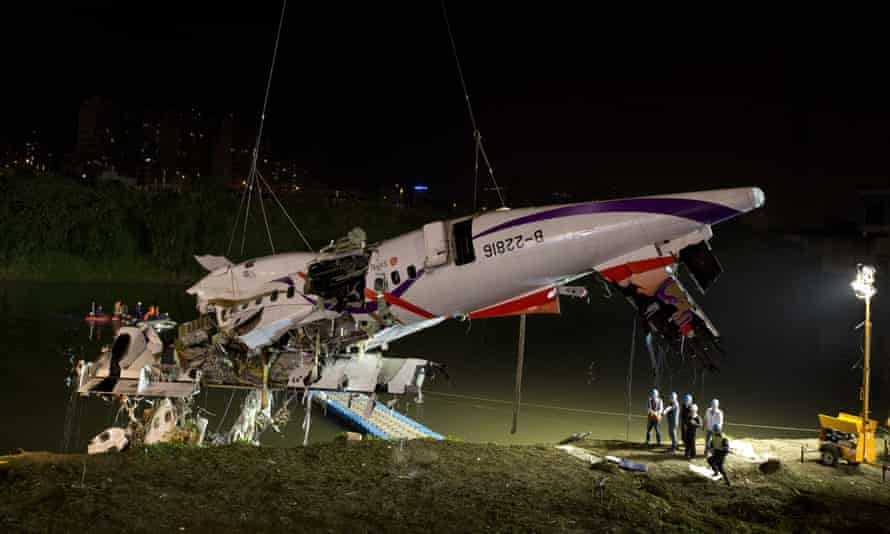 Rescuers lift the wreckage of the TransAsia plane from the Keelung river at New Taipei City.