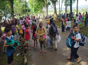 Chaotic scenes on roads as people flee Marawi