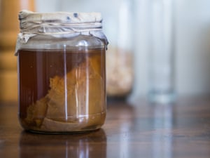 Kombucha brewing with the immersed Scoby.