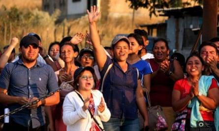 Juana Zúniga, 36, tengah, melakukan protes di luar penjara pada 2019, menuntut pembebasan delapan pria Guapinol yang ditahan dalam penahanan praperadilan, termasuk suaminya.