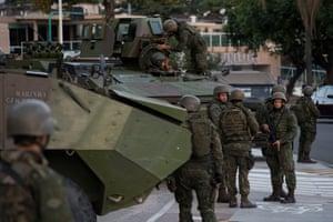 Patrulha de tropas no bairro Botafogo, Rio de Janeiro.