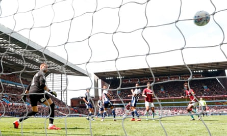 Conor Hourihane equalises for Aston Villa with a fine effort from the edge of the penalty area.