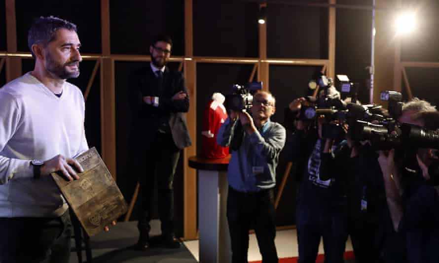 Ernesto Valverde poses for the cameras as he picks up an award in February 2020