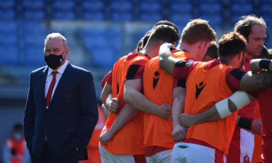 Wayne Pivac and the Wales squad before the Six Nations win against Italy in Rome