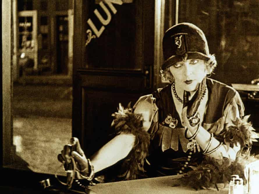 Gertrude Astor as Lillian Lyons.