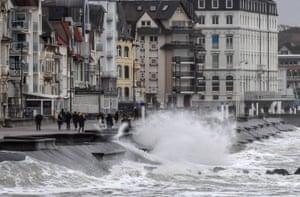 Scene increspate sulla costa di Wimereux nel Pas-de-Calais, nel nord della Francia