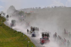 Riders and their support teams kick up dust during stage 10, a 158.5km trek from Annecy to Le Grand-Bornand