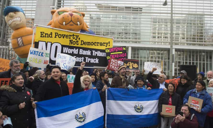 Demonstrators in Washington DC protest against the World Bank's tardy response to resolving the lawsuit against El Salvador, March 2015