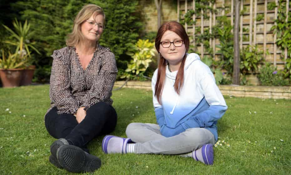 Isabelle Holdaway (R) and her mother, Jo.