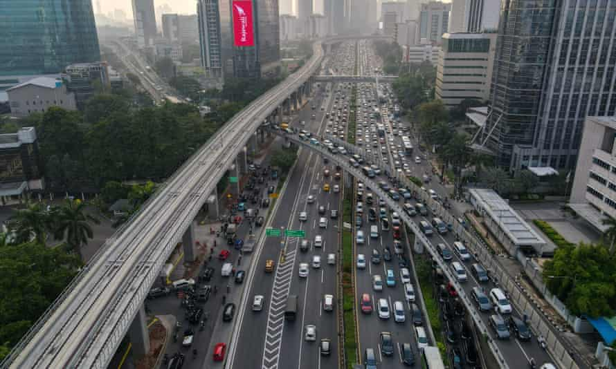 Pemandangan dari udara menunjukkan pengendara yang melakukan perjalanan di jalan raya pada jam sibuk sore hari di Jakarta