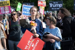Anti-Trump protesters near Buckingham Palace