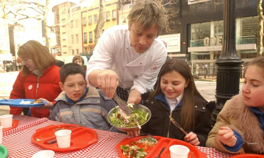 Jamie Oliver serves up a healthy school dinner to school children