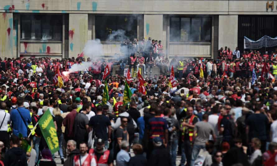 Crowds gather in Le Havre.