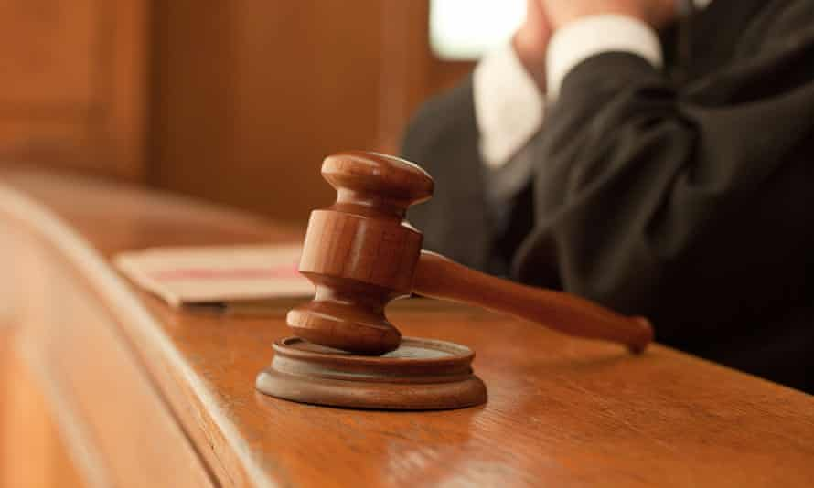 Judge and gavel in courtroom<br>** Do not use to illustrate British legal stories - gavels aren't used in English courts ** DEEN3W Judge and gavel in courtroom