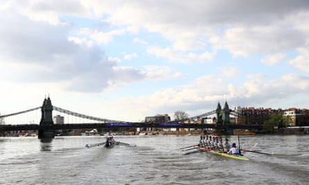 The Oxford men's crew (left) lead Cambridge. Their advantage held throughout the race, though it never seemed insurmountable.