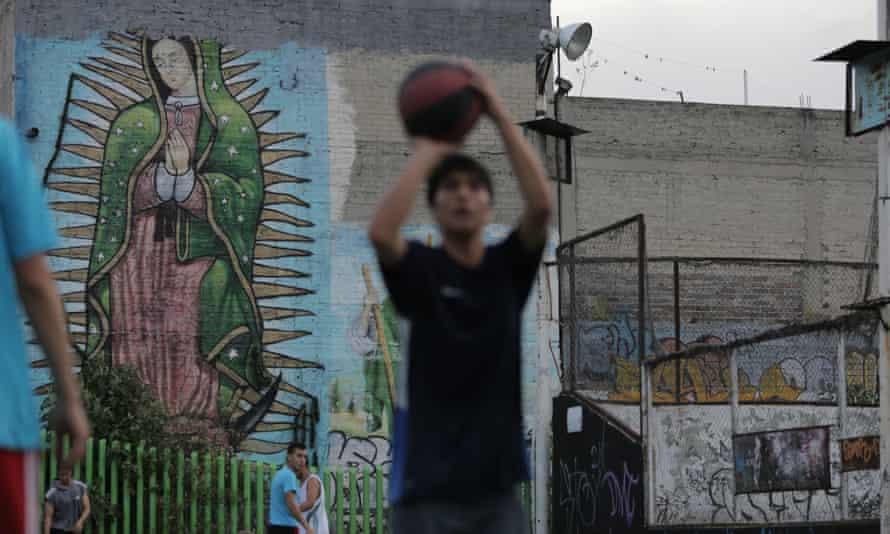 Religión ha aparecido en forma sorpresiva en eventos organizados por el Deportivo, que puso una 'Misa Rock' para los muertos, desparecidos y presos.