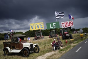 Stage 3: A sign reads 'Vive le Tour' en route from Lorient to Pontivy