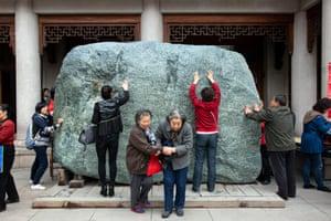 Faithful at Jing'an temple
