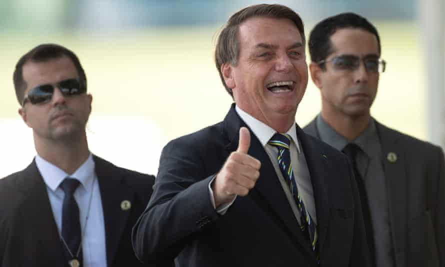 President Jair Bolsonaro flanked by two men