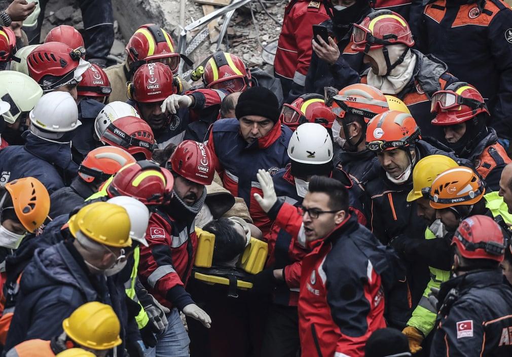 نجات یک پسربچه 16 ساله توسط آتش نشانان که از طبقه هفتم یک ساختمان در ترکیه سقوط کرده بود.