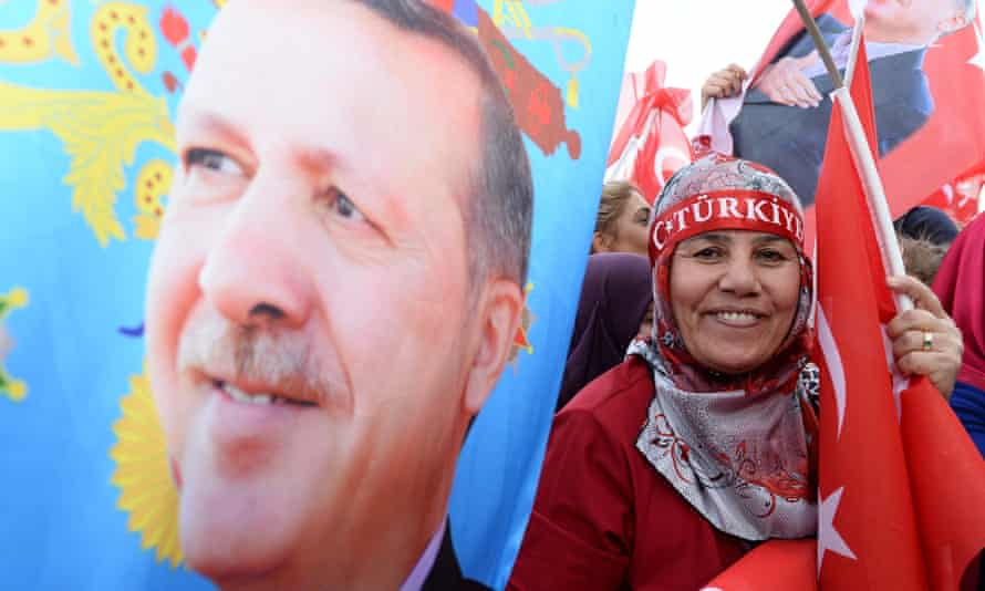 Supporters of the Turkish president Recep Tayyip Erdoğan celebrate the referendum result in Ankara, April 2017