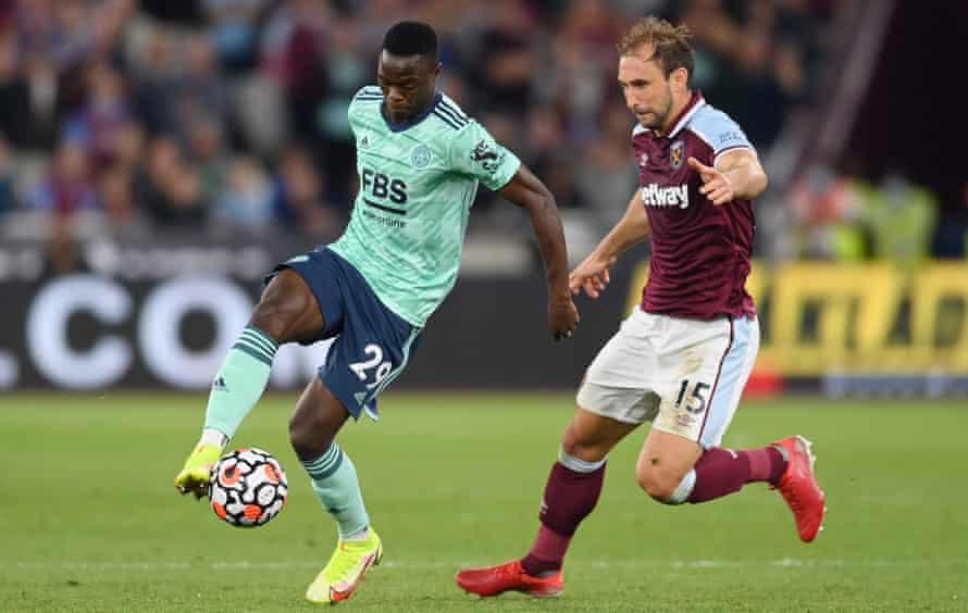 Pattson Daga (a sinistra) del Leicester, che qui opera contro il West Ham, è uno dei grandi beneficiari dei nuovi termini di trasferimento.