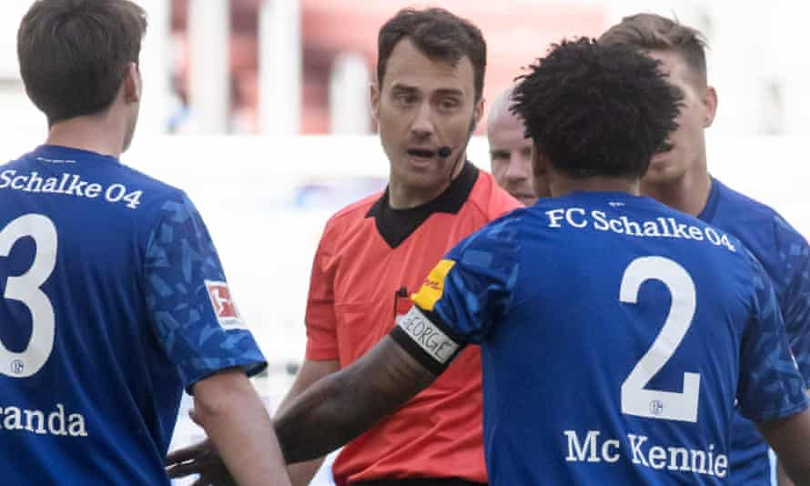 The word 'George' is visible on Weston McKennie's armband as the Schalke midfielder talks to the referee during the Bundesliga game with Werder Bremen