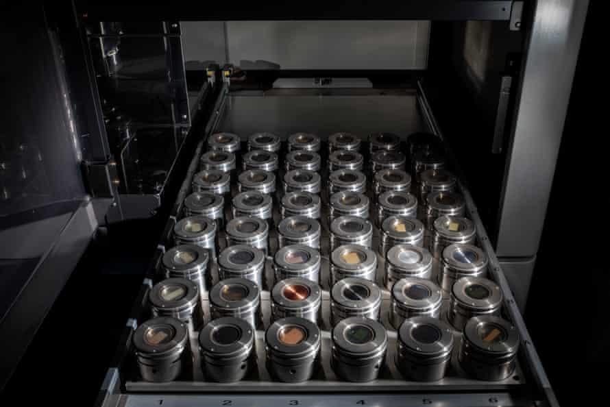 نمونه های گدازه برای تجزیه و تحلیل فلورسانس اشعه X ذوب شده و به دیسک های شیشه تبدیل می شوند.