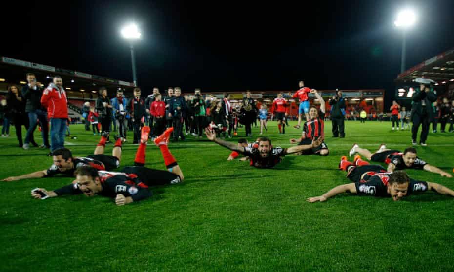 bournemouth oyuncuları, nisan 2015'te bolton karşısında aldıkları 3-0 galibiyetlerinin sonunda premier lig'e yükselmelerini etkin bir şekilde mühürlediler.