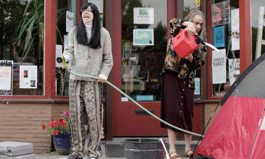Portlandia's Carrie Brownstein and Fred Armisen, as book sellers 'Toni & Candace'