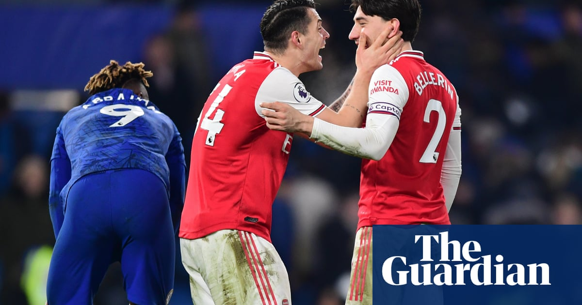 Héctor Bellerín leaves it late to secure 10-man Arsenal a draw at Chelsea