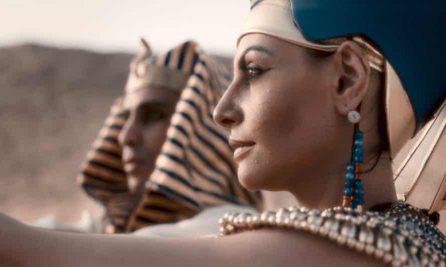 Was Nefertiti buried with her son?
