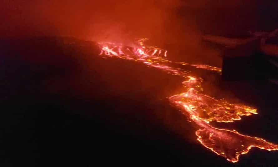 Una vista aérea muestra lava que fluye de la erupción volcánica del monte Nyiragongo