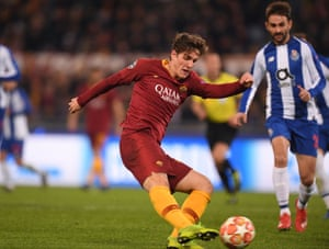 Nicolo Zaniolo of Rome is training in the first goal.