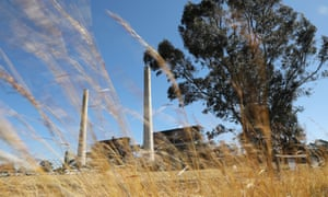 Extending the life of Liddell power station would cost $900m and jeopardise new renewable projects, a report claims.