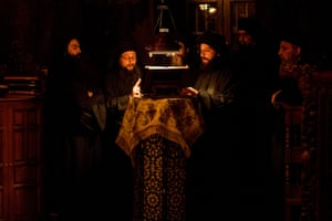 Οι μοναχοί ψάλλουν μια προσευχή σε μια μεσάνυχτα υπηρεσία