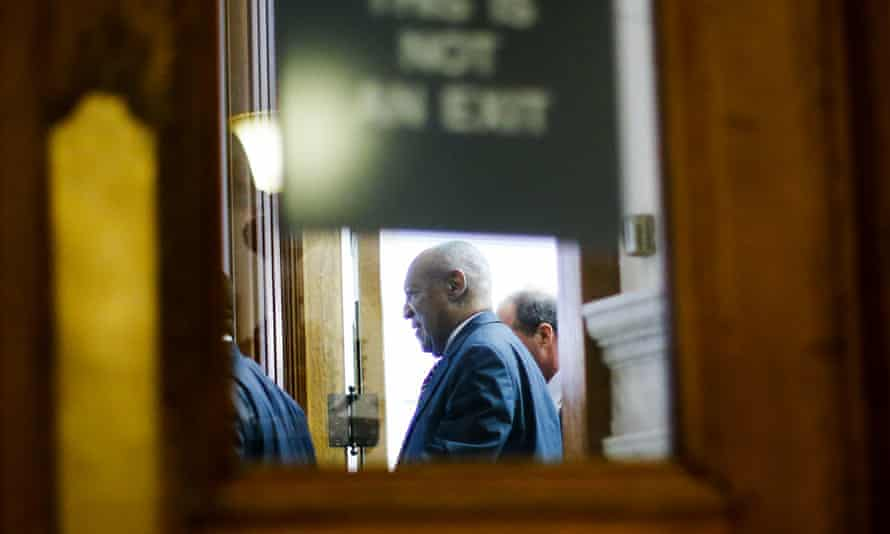 Bill Cosby leaves the courthouse at the end of the hearing on 5 Jun.