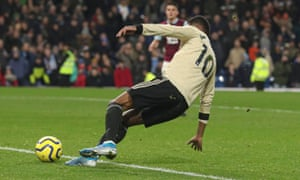 Marcus Rashford of Manchester United scores in injury time.