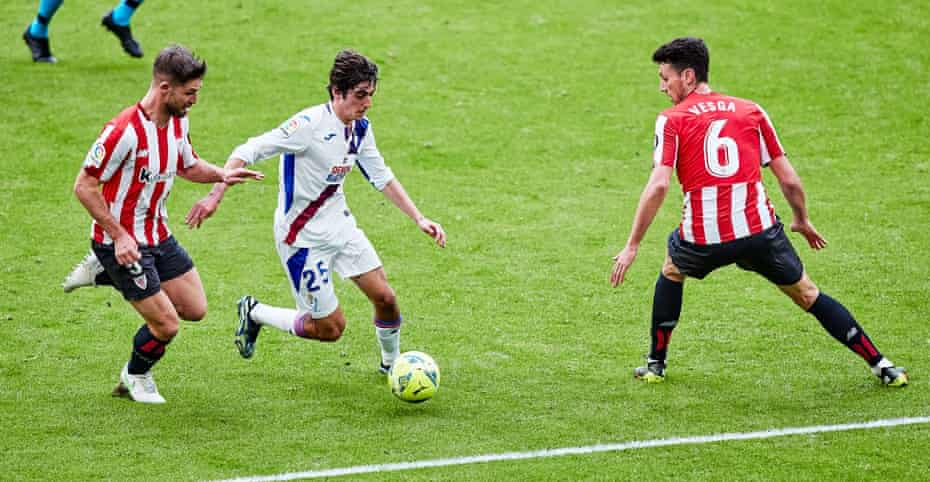 Bryan Gil weaves between two Athletic Bilbao players during Eibar's game there in March.