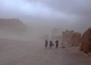 In the Afghan city of Bamiyan, young girls are caught by a sandstorm on their way to school. The city, surrounded by steep mountain slopes and deep valleys, has harsh winters and has experienced climate and weather extremes in recent years. Afghanistan has faced an extreme drought since 2018 that affected 2.2 million people. In the first quarter of 2020, more than 40,000 Afghans had to leave their homes due to natural disasters. Almost every day, Afghans experience restrictions due to conflicts and sudden extreme weather.