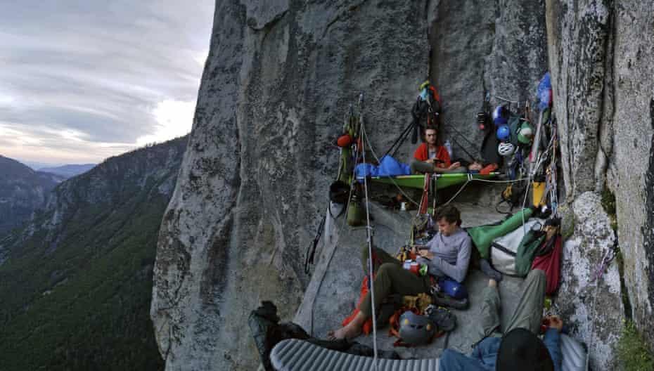 کوهنوردان بر روی دیواری بزرگ در ال کپیتان اردو می زنند.