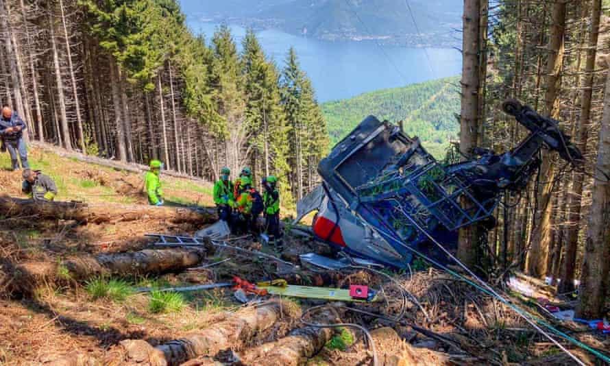Kuzey İtalya'daki Maggiore Gölü yakınlarındaki teleferik kazası sahnesi