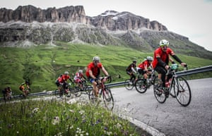 Peter Kimpton (centre in red) climbs near Passo Gardena on the 2017 Maratona Dles Dolomites