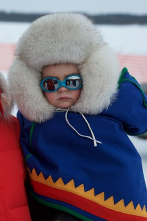 Nils Johannes, a Sámi child, at the race with his family