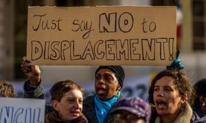 Grupos defensores de la vivienda se manifiestan delante del ayuntamiento de Nueva York. Foto: Erik McGregor/Pacific Press/LightRocket via Getty Images