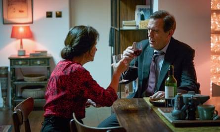 Sidse Babett Knudsen como Madeline Halle con Hugh Laurie como Peter Laurence en Roadkill